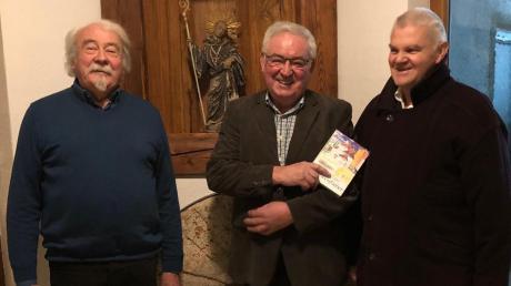 """Xaver Röder (Mitte) präsentiert sein Buch """"Mühlenfieber"""". Der Wertinger Künstler und akademische Maler Manfred Nittbaur (links) gestaltete die Bucheinfassung, Alfons Epple war der Lektor des Werkes."""