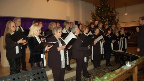 Die Chorgemeinschaft Dinkelscherben beim Weihnachtskonzert in der Kirche St. Simpert.