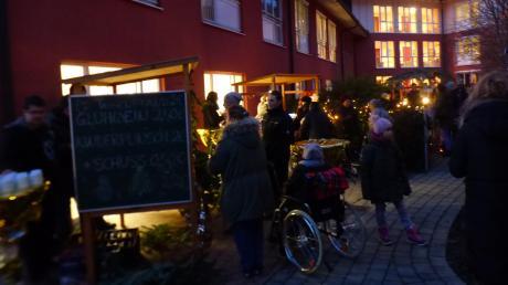 Fast wie auf einem großen Weihnachtsmarkt konnten sich die Besucher beim zweiten Weihnachtsmarkt im Innenhof des Kursana Domizils fühlen.