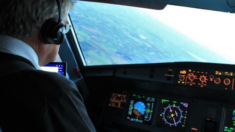 Pilot Reinhard Kiwitt verlässt das Cockpit und geht in Rente. Jetzt sitzt er nur noch hinter dem Steuer seines Busses.