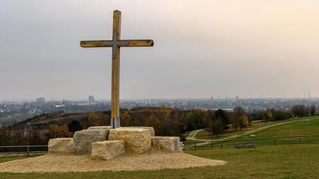 Gipfelkreuz auf dem Müllberg: Dank der Rekultivierung erinnert hier nichts mehr an den Ursprung dieses Aussichtspunktes.