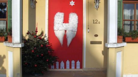 Kein Adventsfenster, sondern gleich eine ganze Adventstür schmückt dieses Anwesen in Wollmetshofen.