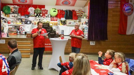 """Bei der Feier für die Kinder: (von links) Präsident Manuel Tausend am Mikro und """"Bayern-Rudi""""."""