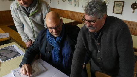 Die Pläne für die Sanierung des Sportheims begutachten (von links) Stephan Grau, Rainer Christl und Werner Igelspacher. Foto: Jutta Kaiser-Wiatrek