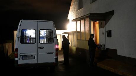In diesem Haus im Diedorfer Ortsteil Anhausen soll ein 23-Jähriger mehrere Menschen festgehalten und bedroht haben.