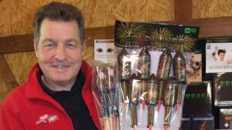 ,Der staatlich geprüfte Pyrotechniker Erwin Zott rät beim Kauf von Feuerwerkskörpern stets auf das CE-Prüfzeichen sowie die Kategoriekürzel F1 oder F2 zu achten.