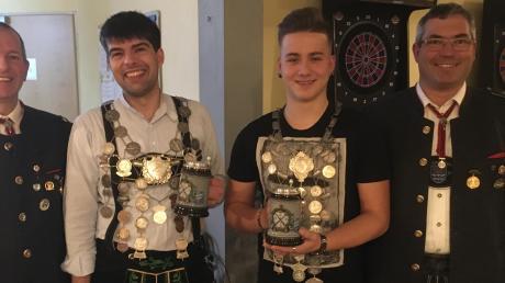 Strahlende Gesichter bei den Ellgauer Lechschützen. Schützenkönig für das Jahr 2020 wurde André Müller (Zweiter von links), über den Titel Jugendschützenkönig für 2020 freut sich Anthony Haak (Zweiter von rechts). Sportleiter Jörg Schlembach (links) und Schützenmeister Olaf Schmid gratulierten.