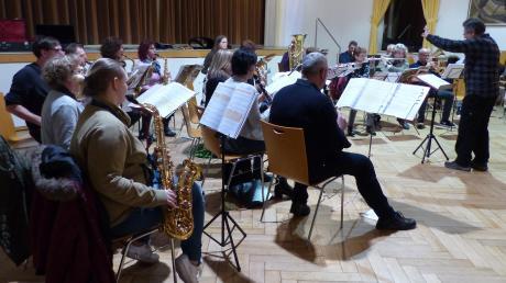 Voller Konzentration, mit einer gehörigen Portion Nervosität sowie großer Freude am gemeinsamen Musizieren spielte die Erwachsenenbläsergruppe ihr erstes Konzert in der Gemeindehalle in Meitingen.