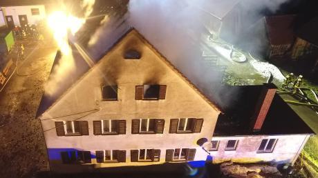 Über 200 Einsatzkräfte wurden am Montagabend zu einem Brand im Laugnaer Ortsteil Modelshausen gerufen. Sie konnten das Feuer, das im Dachstuhl eines über 100 Jahre alten Bauernhauses ausgebrochen war, schnell unter Kontrolle bringen.