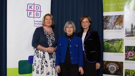 Marlies Bernhard (Mitte) wird von Eva Gottstein (links) und Emilia Müller geehrt.