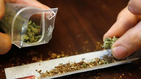 Der Randalierer selbst wurde beim Konsum von Marihuana angetroffen.