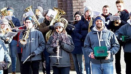 Beschwingt ins neue Jahr: Das Jugendblasorchester beim Silvesterständchen vor der St.-Wolfgang-Kirche.