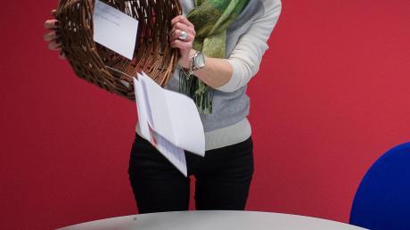 """Unsere """"Glücksfee"""" Karin Tautz zog die Gewinner des AZ-Adventskalenders. Neben den vielen Briefen erreichten uns dafür 330 E-Mails."""