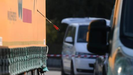 Mit Pfeilen hat ein Mann in Nordendorf zwei Menschen schwer verletzt.