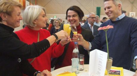 Der Neujahrsempfang fand wieder großen Zuspruch. Viele Besucher nutzten ihn zu anregenden Gesprächen und zu einem Prosit auf das vor ihnen liegende Jahr, wie beispielsweise Elisabeth Kick (Zweite von rechts), Rektorin der Grund- und Mittelschule Fischach-Langenneufnach.