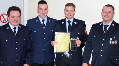 Der langjährige stellvertretende Kommandant Michael Ferber (Zweiter von rechts) wurde von Pius Rau, Markus Schmidt und Robert Scherer (von links)mit einer Urkunde und einem Präsent verabschiedet.
