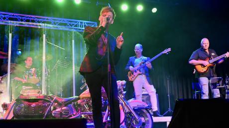 Mit opulenten Rockstücken sorgten Markus Engelstädter und seine Band beim Silvesterkonzert in Neusäß für gute Stimmung.