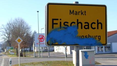 Kreativität sieht anders aus: Bislang unbekannte Sprayer haben in Fischach an mehreren Gebäuden sowie an Straßenschildern ärgerliche Schmierereien hinterlassen.