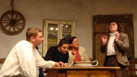 Adelheids Wunsch wird von Mina aufgeschrieben und ins Bodschamperl geworfen (von links: Herbert Assum, Claudia Dieminger, Anita Knöpfle, Ramona Wintermayr).