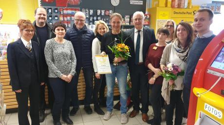 Beim Jubiläum mit Geschäftsübergabe der Postagentur: Frank Wasser (in der Mitte mit Blumenstrauß) übergibt die Agentur und sein Geschäft an Maike und Maximilian Durner (beide ganz rechts).