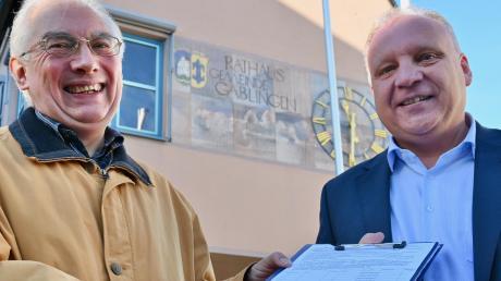 Übergabe der Unterschriften zum Bürgerbegehren Ortszentrum: Herbert Dieminger (links) und Günther Reichherzer.