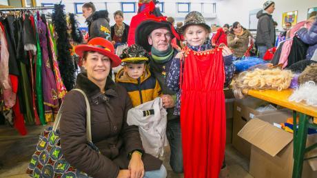Sandra und Thomas Zeisberger sind mit Mia und Noah zum Secondhand Faschingsmarkt in die Pestalozzischule gekommen und fündig geworden.
