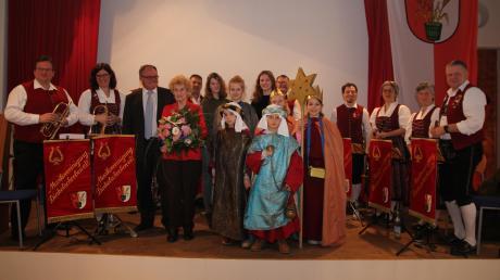 Bürgermeister Edgar Kalb und Irene Kastner (mit Blumenstrauß) zusammen mit den Strensingern und den Musikern von der Musikvereinigung, die die Veranstaltung begleiteten, beim Neujahrsempfang in Dinkelscherben.