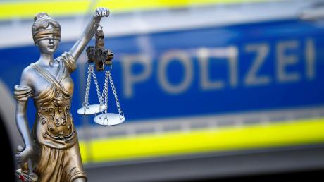 Ein Mann soll eine Frau in Augsburg in einem Park vergewaltigt haben.