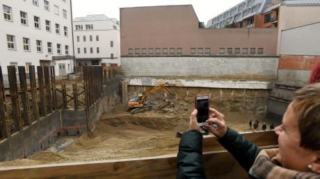 Im Innenhof des Landratsamtes in Augsburg entsteht ein neuer Bürotrakt mit Tiefgarage.