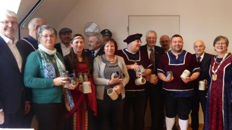 Bürgermeisterin Erna Stegherr-Hausmann (rechts) dankte den Adelsriedern für ihr Engagement beim Dorfjubiläum. Viele waren zum Neujahrsempfang in historischem Festgewand gekommen. Foto: Michaela Krämer