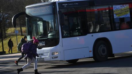 Nach einem Umbau haben die Busse beim Ansteuern des Haltestegs mehr Platz. Die Aufmerksamkeit der Schüler ist dennoch wichtig.