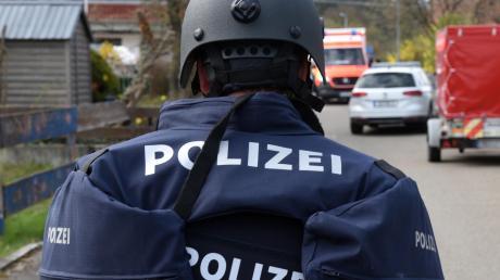 Zu einem Großeinsatz der Polizei führten in Fischach die Drohungen eines ehemaligen Jägers. Aus Augsburg rückte Verstärkung an.