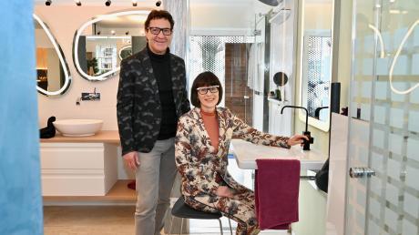 """""""Die Badgestalter"""", Alfons Kugelmann und Petra Schabinger, die Inhaber der Firma Zitzelsberger in Neusäß, zeigen ein behindertengerechtes Bad in ihrem Ausstellungsraum."""
