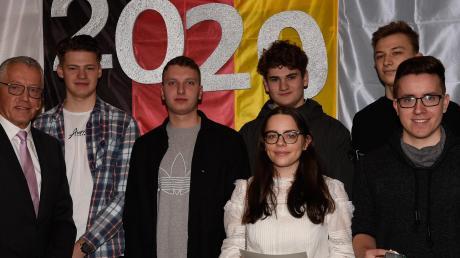 Bürgermeister Anton Gleich gratulierte den Bonstetter Jungbürgern. Von links: Anton Gleich, Johannes Hess, Lukas Roth, Theresa Merk, Jan Halank, Simon Böck, und Patrick Tobias.