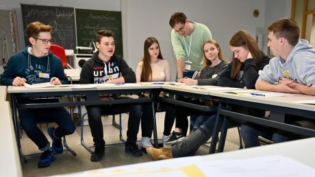"""Schüler der Klassen 10 a und b nehmen am Planspiel """"Der Landtag sind wir!"""" teil, die Schüler im Bild vertreten die Partei """"Die Freien"""", Raphael Gritschmeier (CAP) leitet die Jugendlichen an"""