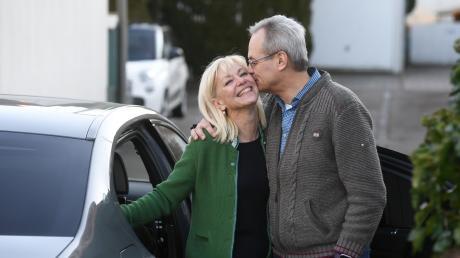 Ein Küsschen für Carolina Trautner. Nach der CSU-Klausur in Kloster Seeon kam sie gestern mit einer beachtlichen Beförderung zu ihrem Mann Dr. Hans Trautner nach Hause. Die bisherige Staatssekretärin im Sozialministerium wird nun Ministerin.