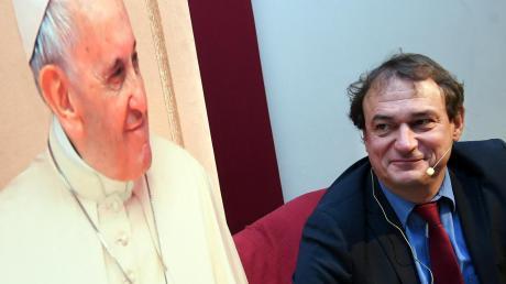 """""""Ratzinger mag drei Dinge: Schweinsbraten, Weizenbier und eine HB.""""Der deutsche Vatikanexperte Andreas Englisch plauderte in Diedorf aus dem Nähkästchen und verriet, was Papst Benedikt gerne isst oder wie Papst Franziskus tickt."""