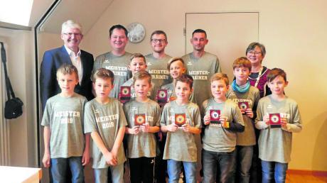 Die E2-Jugend der Spielgemeinschaft sind Künstler am Ball und freuten sich über die Medaille bei der Sportlerehrung in Adelsried.