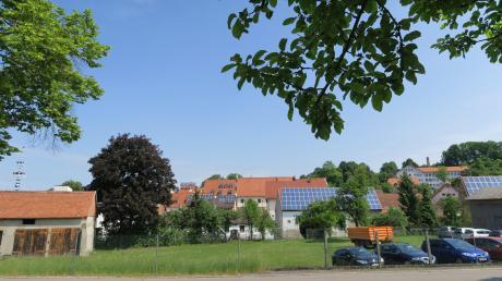Im Vordergrund ist das Grundstück mitten im Ortszentrum von Thierhaupten zu sehen, auf dem das Seniorenzentrum entstehen soll.