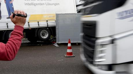 Erneut haben Gaffer einen Unfall mit ihren Handys fotografiert und gefilmt.
