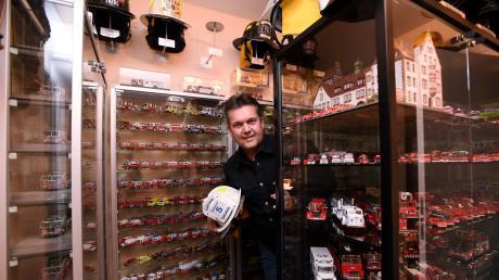 Andreas Schnepp ist Feuerwehrmann aus Gersthofen. Seine Leidenschaft für seinen Beruf hört aber nach Feierabend nicht auf. In seiner Wohnung sammelt er Modellfahrzeuge, Helme und Armabzeichen der Feuerwehr.