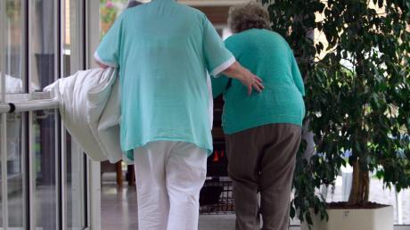 Das Landratsamt Augsburg hat in Zusammenarbeit mit einigen Fachorganisationen, Unternehmen sowie dem Bezirk Schwaben eine Kampagne gestartet, um das Image der Pflegeberufe zu verbessern.