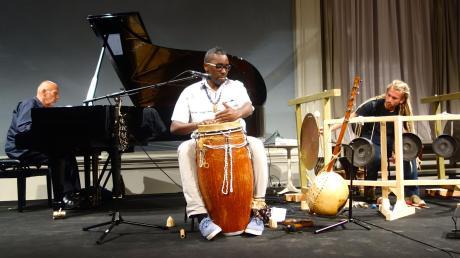 Die Musiker Peter Michael Hamel, Njamy Sitson und Johnny Hamel (von links) schaffen im Eukitea eine eigene Form der Weltmusik.