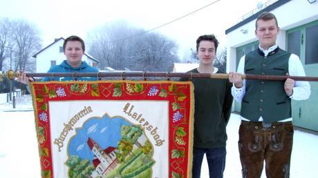 In Ustersbach wurde ein Burschenverein gegründet. Als Vereinsfahne hat er sich eine Standarte aus den 1930er-Jahren auserkoren. Schon damals gab es eine derartige Gruppierung. Die Fahne präsentieren (von links) Fahnenträger Philipp Teut, Vorsitzender Hannes Völk und sein Stellvertreter Raphael Mairhörmann.