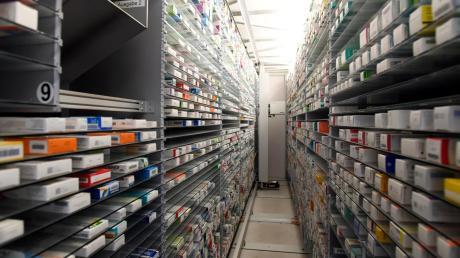 So manche Regale in den Lagern der Apotheken bleiben zurzeit leer. Es gibt Lieferengpässe bei Standardmitteln.