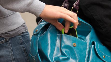 Ein Taschendieb hat am Montag in einem Supermarkt in der Augsburger Straße 68 in Dinkelscherben zugeschlagen.