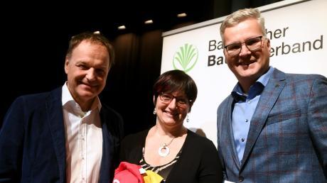 Beim Landfrauentag bedankten sich (von rechts) Geschäftsführer Thomas Graupner und Kreisbäuerin Andrea Mayr bei Hauptreferent Stephan Grassmann. Der Landfrauenchor sorgte für einen festlichen Rahmen.