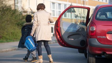 Während jugendliche Frauen deutlich mehr zu Fuß gehen und den ÖPNV nutzen, lassen sich Männer in diesem Alter häufiger mit dem Auto chauffieren.