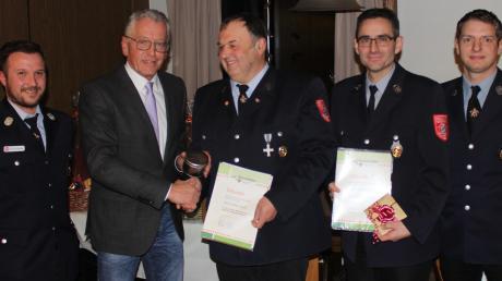 Ehrung bei der Feuerwehr Bonstetten: Christian Deil (1. Kommandant), Anton Gleich (Bürgermeister), Peter Keiß, Wolfgang Bschorr und Dominik Miller (2. Kommandant).