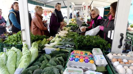 Der Gersthofer Stadtmarkt findet regelmäßig am Samstagvormittag statt. Verkauften die Händler in den letzten Jahren auf dem Kleinen Rathausplatz, ist das Angebot inzwischen so groß, dass der große Platz benötigt wird.